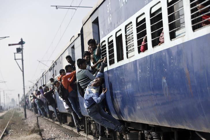 Passengers travel in an overcrowded train near a railway station at Loni town in Uttar Pradesh, February 23, 2016. REUTERS/Anindito Mukherjee