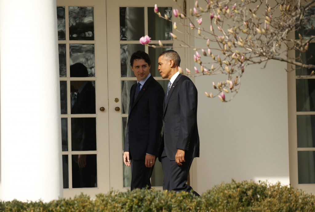 U.S. President Barack Obama (R) and Canadian Prime Minister Justin Trudeau walk down the White House colonnade past the Rose Garden as they take part in an official arrival ceremony for Trudeau at the White House in Washington March 10, 2016. REUTERS/Kevin Lamarque