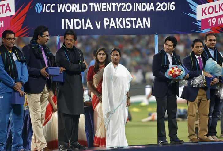 Cricket - India v Pakistan- World Twenty20 cricket tournament - Kolkata, 19/03/2016. (L-R) Pakistan's former cricket players Waqar Younis, Wasim Akram, Imran Khan, West Bengal Chief Minister Mamata Banerjee (in white saree), India's former cricket players Sachin Tendulkar, Sunil Gavaskar and Virender Sehwa stand on a podium during a felicitation ceremony before the start of the match between India and Pakistan. REUTERS/Rupak De Chowdhuri