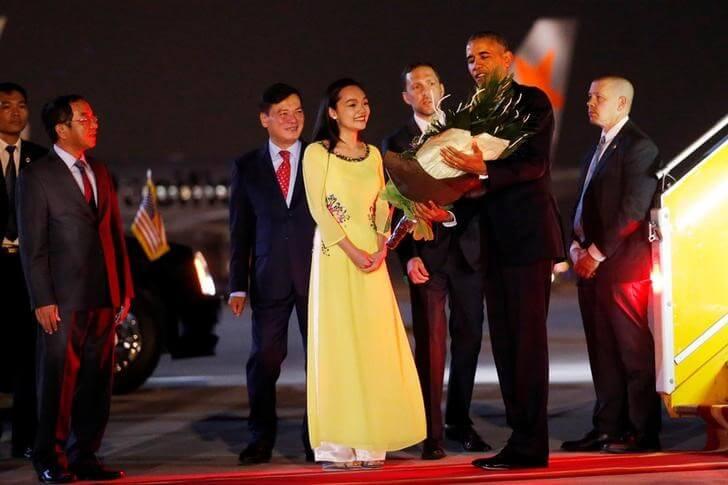 U.S. President Barack Obama receives flowers as he arrives at Noibai International Airport in Hanoi, Vietnam May 22, 2016. REUTERS/Carlos Barria