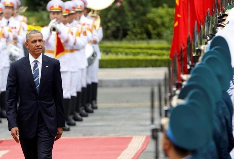 U.S. President Barack Obama reviews the guard of honour during a welcoming ceremony at the Presidential Palace in Hanoi, Vietnam,May 23, 2016. REUTERS/Kham