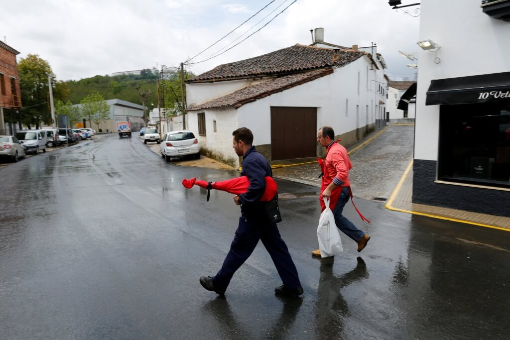 Men carry Iberian ham legs in Jabugo, southern Spain May 12, 2016. REUTERS/Marcelo del Pozo
